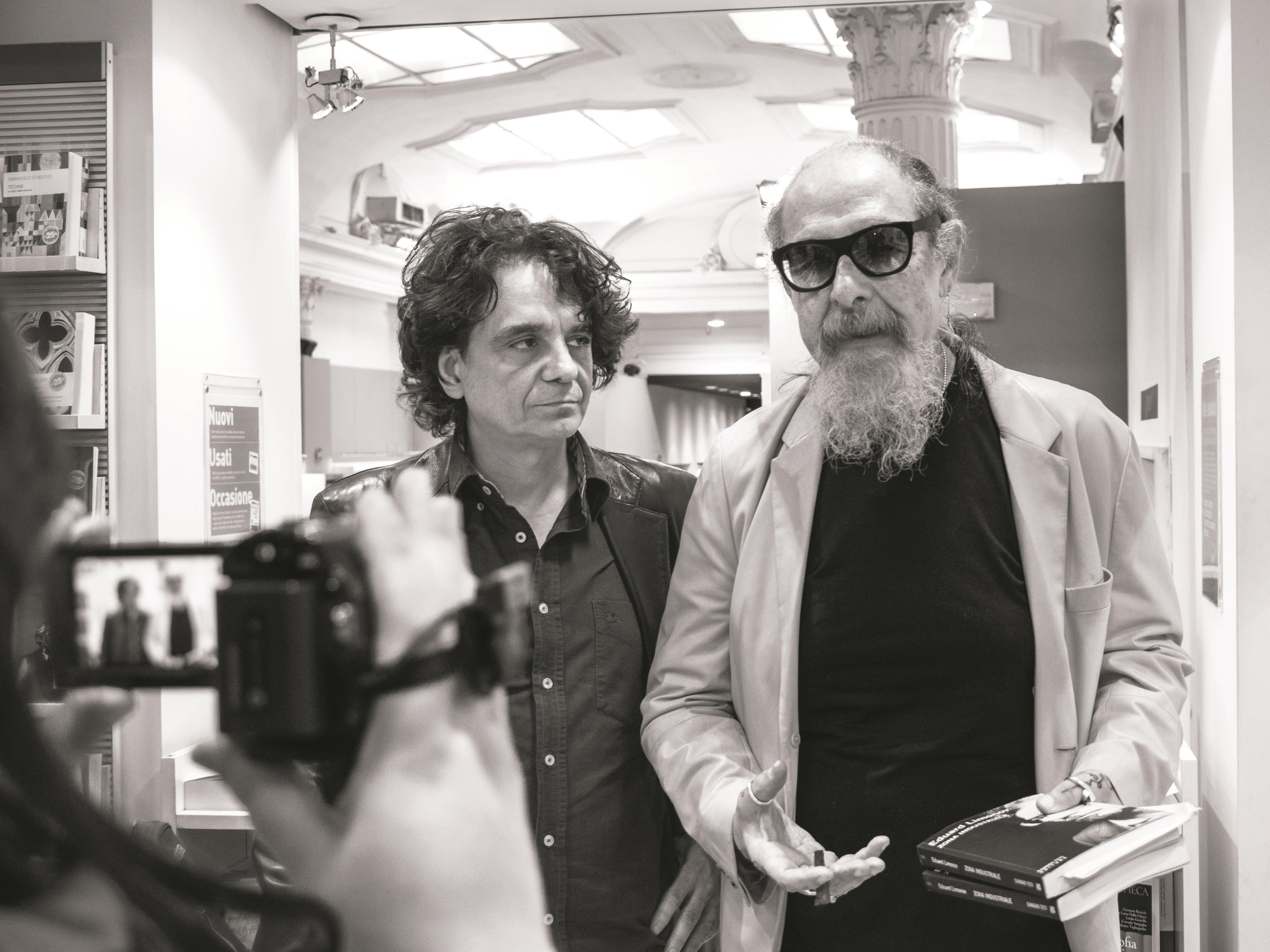 """Presentazione del libro di Eduard Limonov """"Zona industriale"""" presso IBS+Libraccio a Roma. L'editore Sandro Teti e Roberto D'Agostino."""