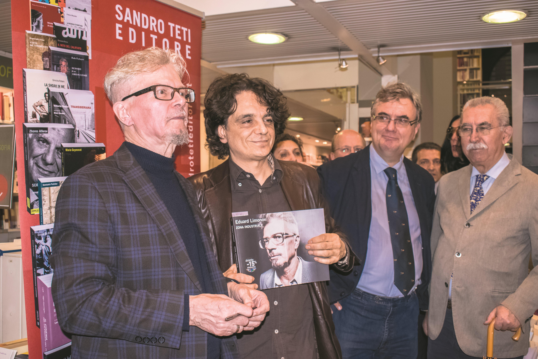 """Presentazione del libro di Eduard Limonov """"Zona industriale"""" presso IBS+Libraccio a Roma. Da sinistra: l'autore E. Limonov; l'editore Sandro Teti; A. Politi e Giulietto Chiesa."""