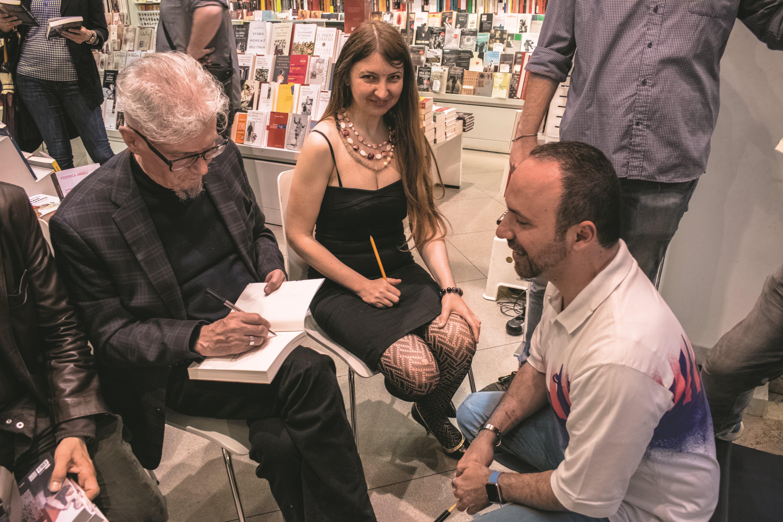 """Presentazione del libro di Eduard Limonov """"Zona industriale"""" presso IBS+Libraccio a Roma. Il firmacopie."""