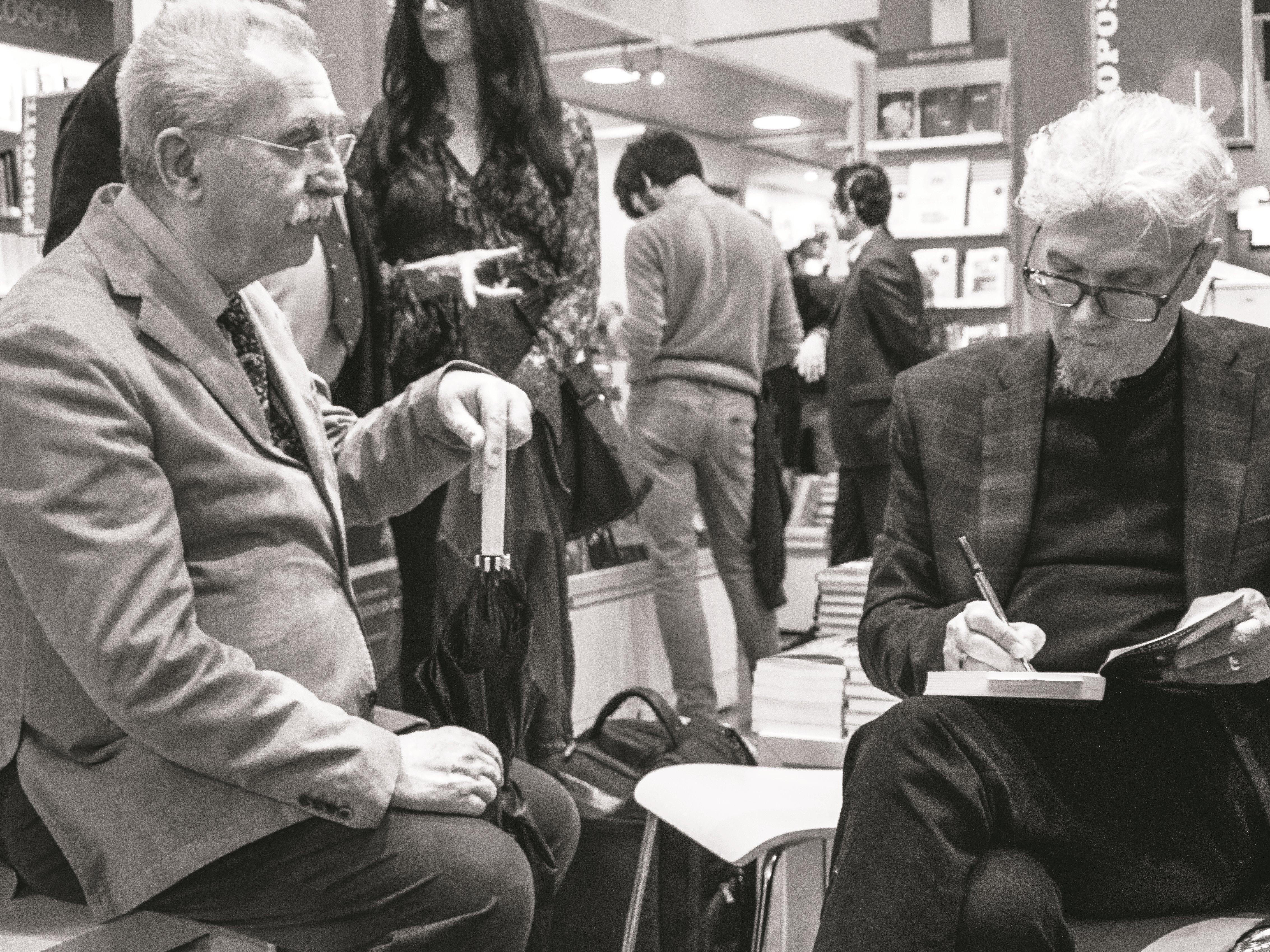 """Presentazione del libro di Eduard Limonov """"Zona industriale"""" presso IBS+Libraccio a Roma. Giulietto Chiesa e Eduard Limonov."""