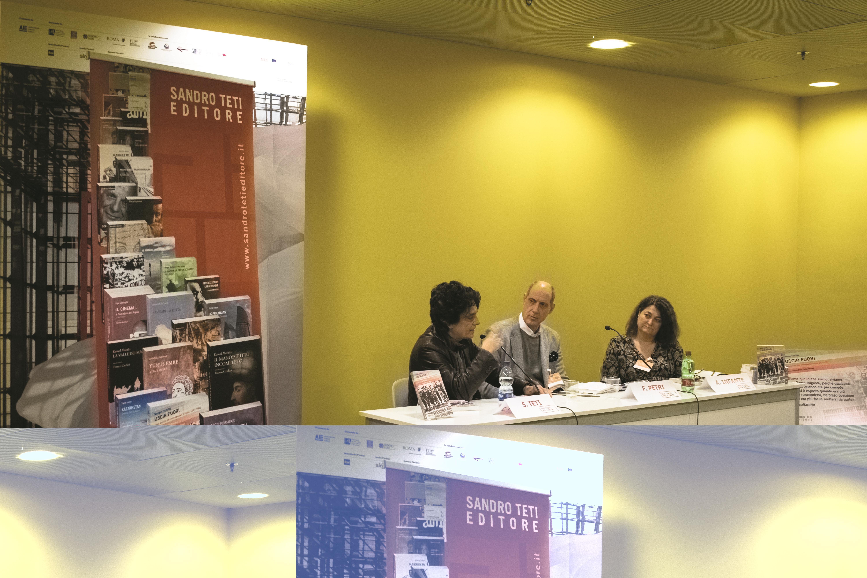 """Presentazione del libro di Myriam Cristallo """"Uscir fuori"""" a Più Libri Più Liberi. Nella foto: l'editore Sandro Teti; Fabrizio Petri e Angela Infante."""