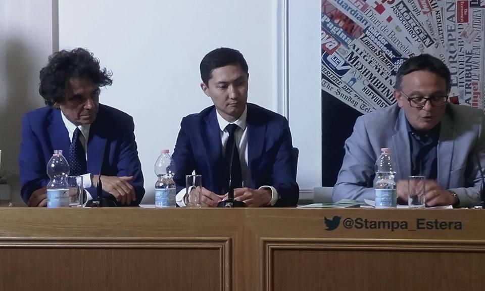 Da sinistra: l'editore Sandro Teti; Almasbek Zhumadilov e Aldo Di Carlo