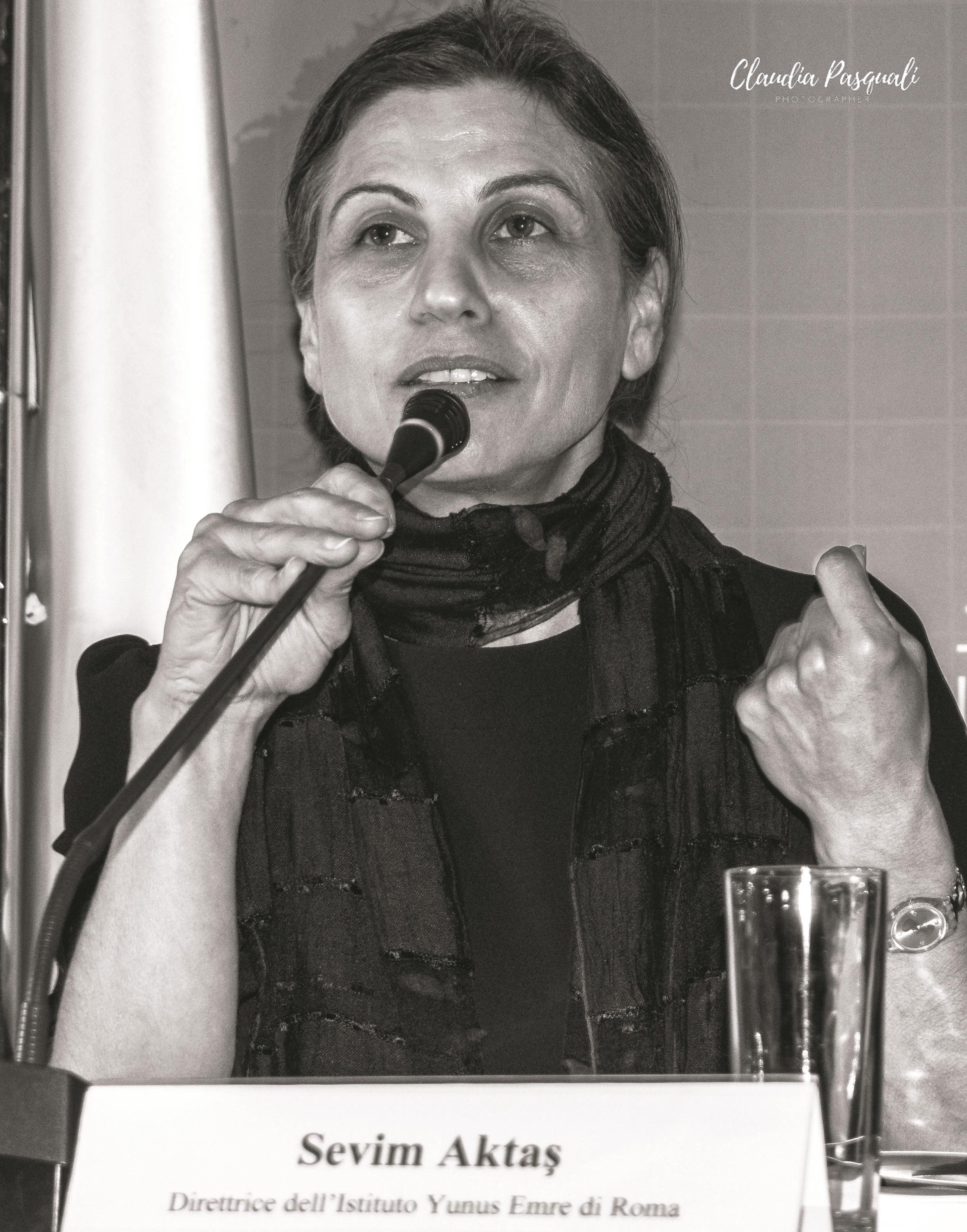 """Presentazione del libro """"Yunus Emre. Il libro dei consigli e le poesie"""". Da sinistra: la direttrice dell'Istituto Sevim Aktaş."""