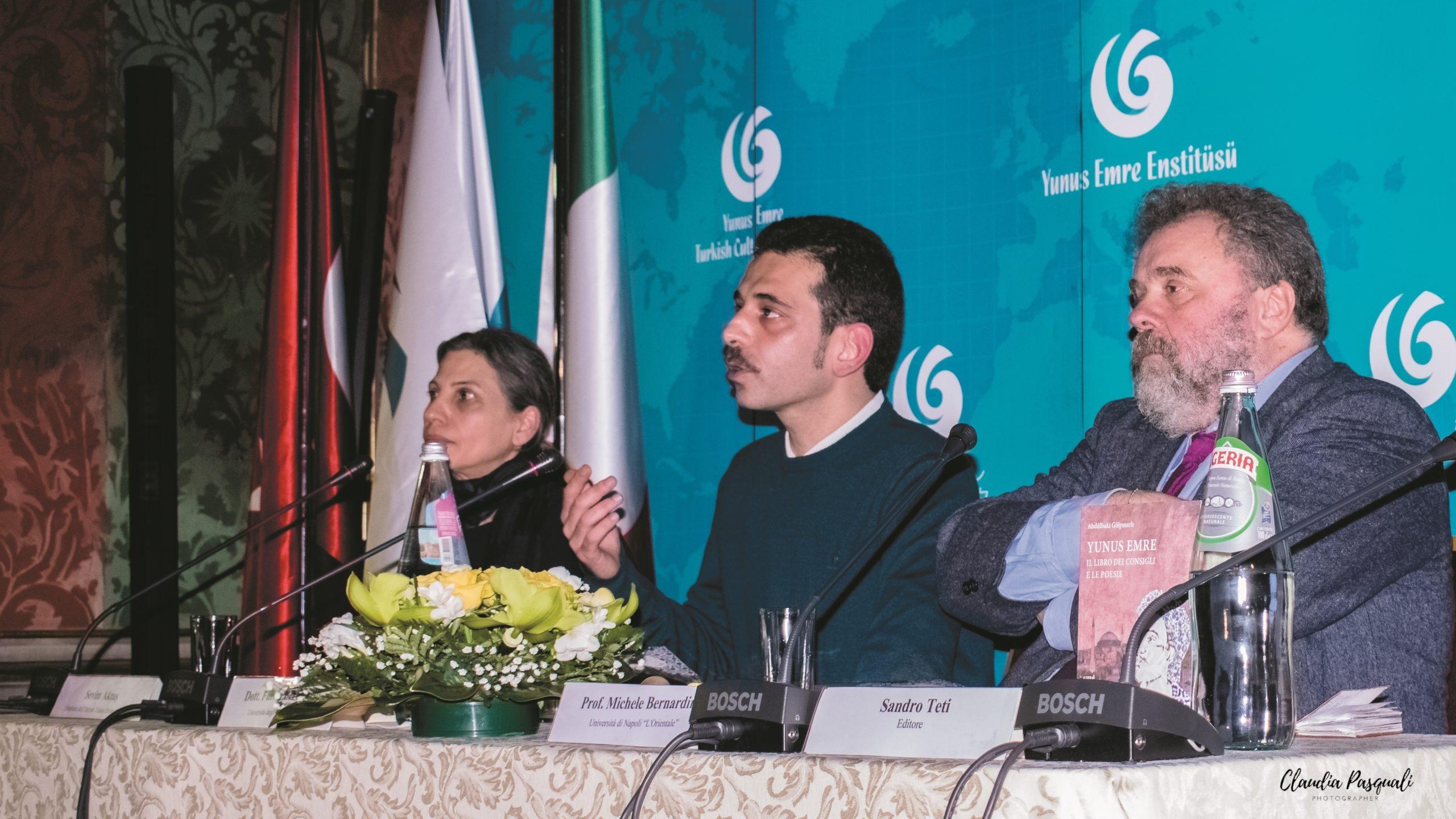 """Presentazione del libro """"Yunus Emre. Il libro dei consigli e le poesie"""". Da sinistra: la direttrice dell'Istituto Sevim Aktaş; il curatore e traduttore Fulvio Bertuccelli e il prof. Michele Bernardini."""