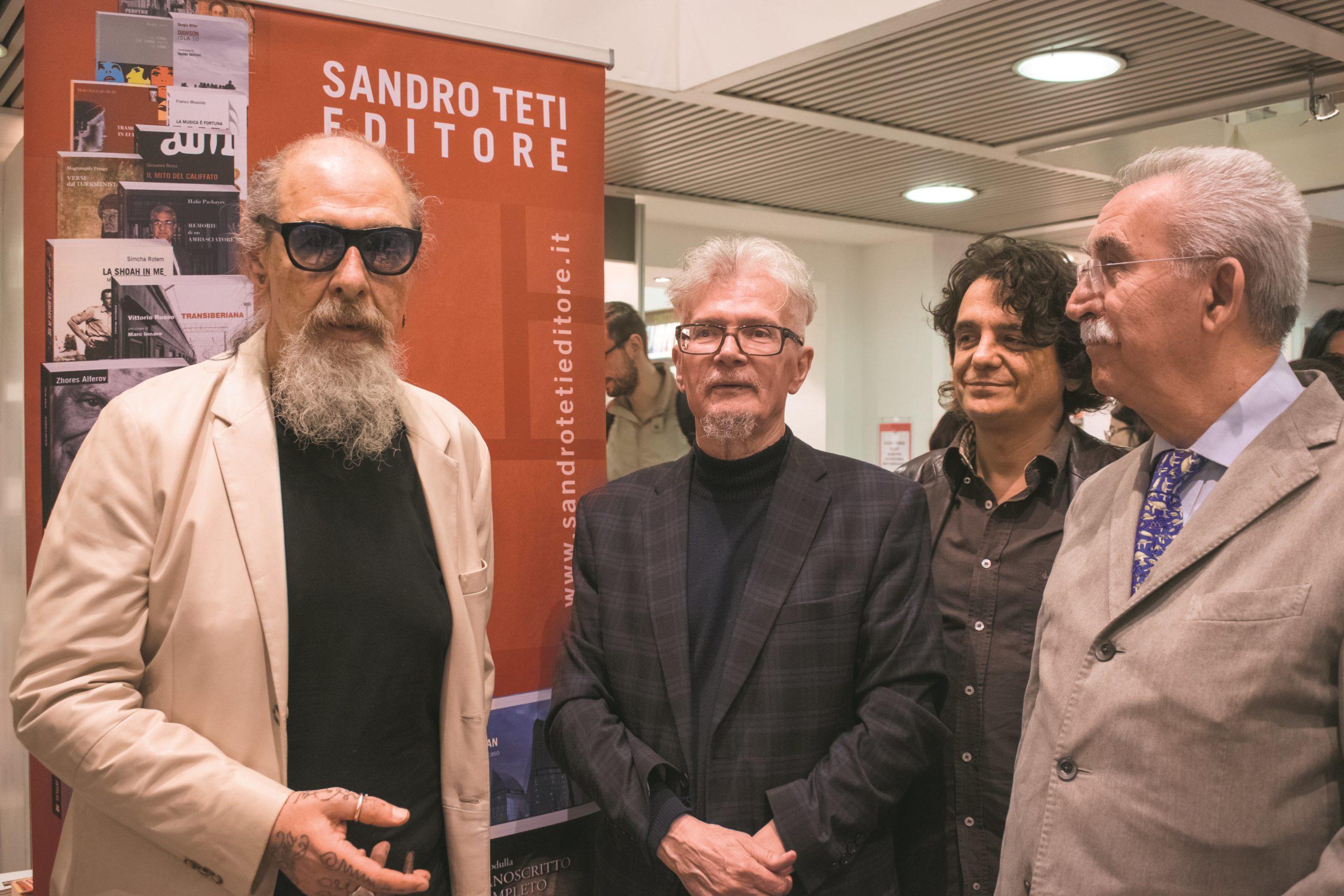 """Presentazione del libro di Eduard Limonov """"Zona industriale"""" presso IBS+Libraccio a Roma. Da sinistra: Roberto D'Agostino; Eduard Limonov; l'editore Sandro Teti e Giulietto Chiesa."""