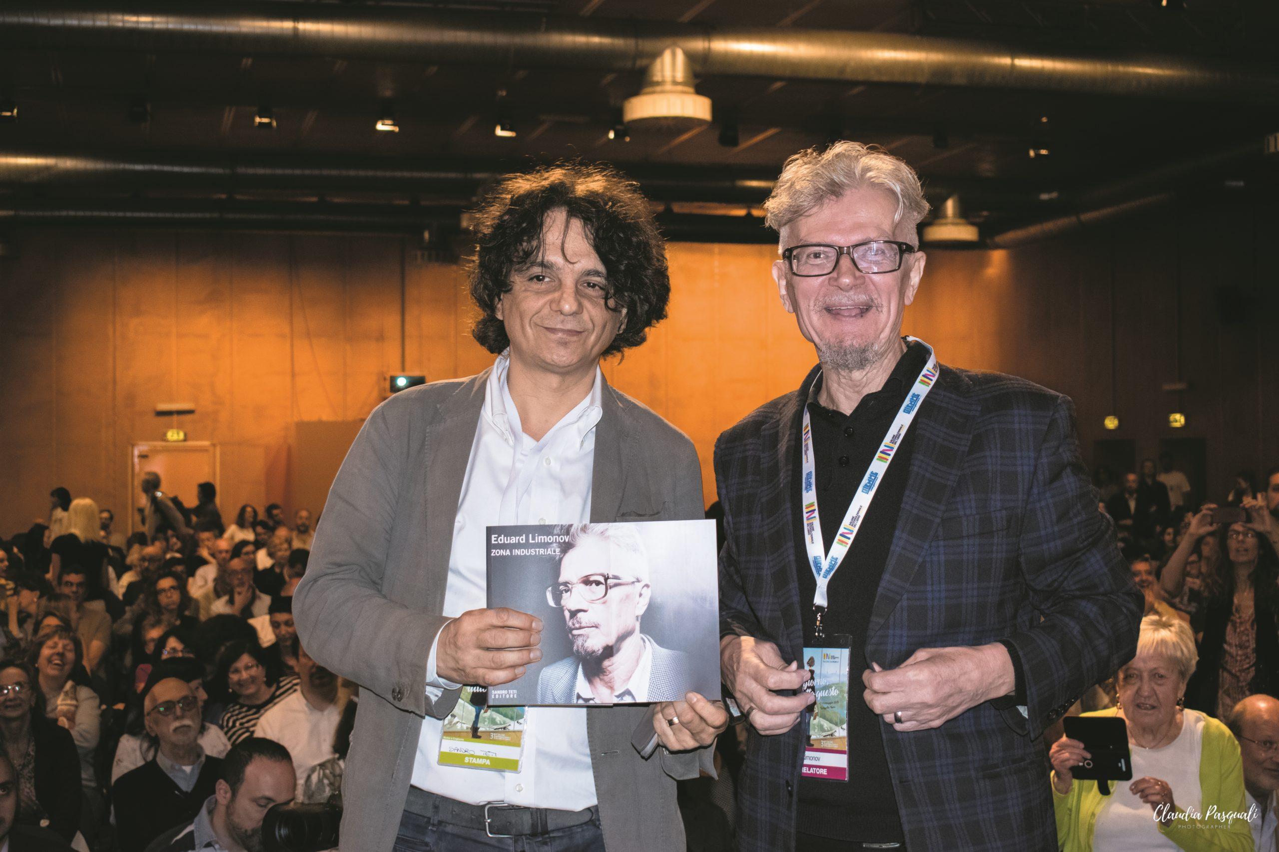 """Presentazione del libro """"Zona industriale"""" di Eduard Limonov presso il Salone del libro di Torino. L'editore Sandro Teti e Eduard Limonov."""