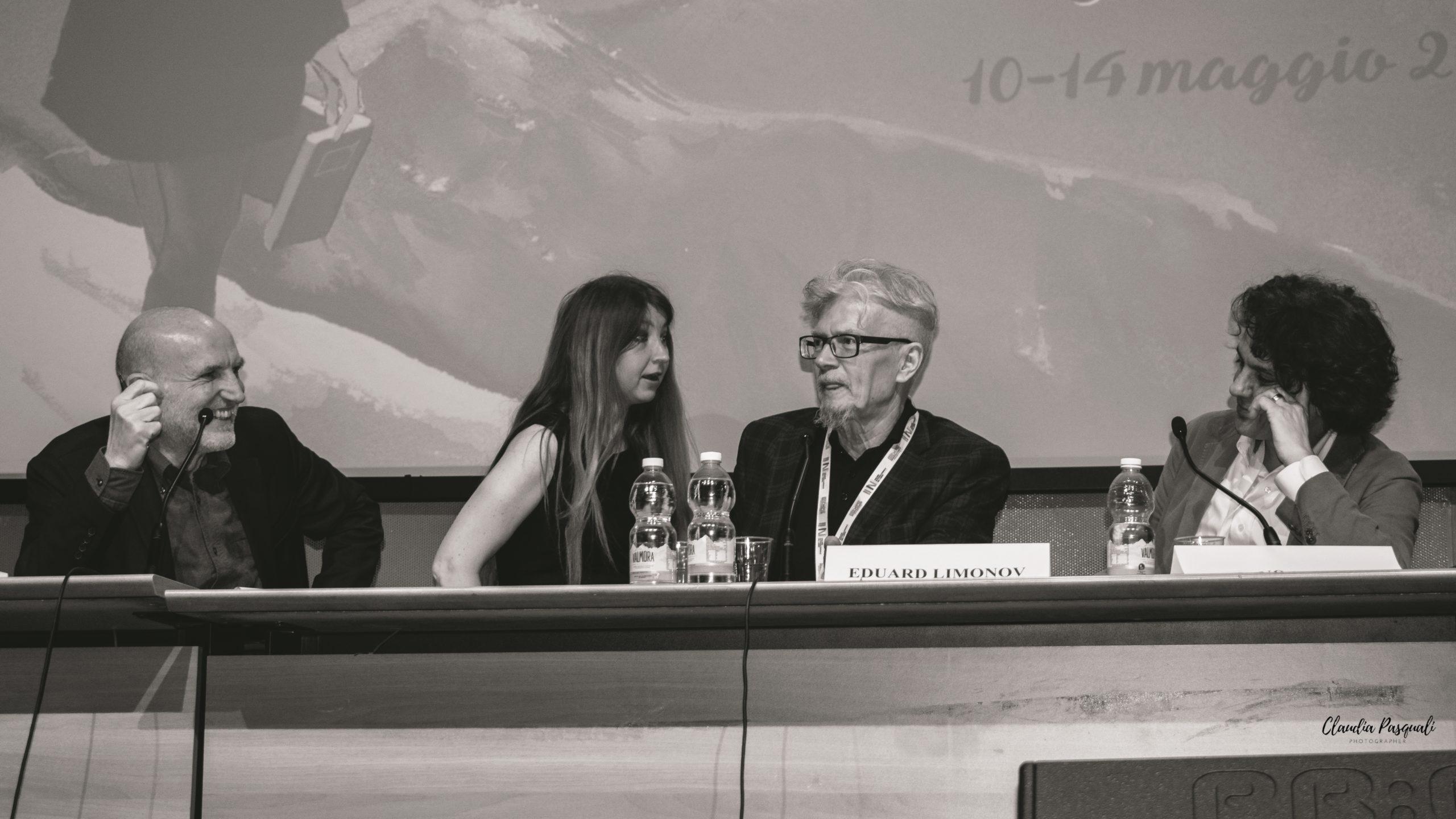 """Presentazione del libro """"Zona industriale"""" di Eduard Limonov presso il Salone del libro di Torino. Da sinistra:Marino Sinibaldi; Olga Matsyna; Eduard Limonov e l'editore Sandro Teti."""