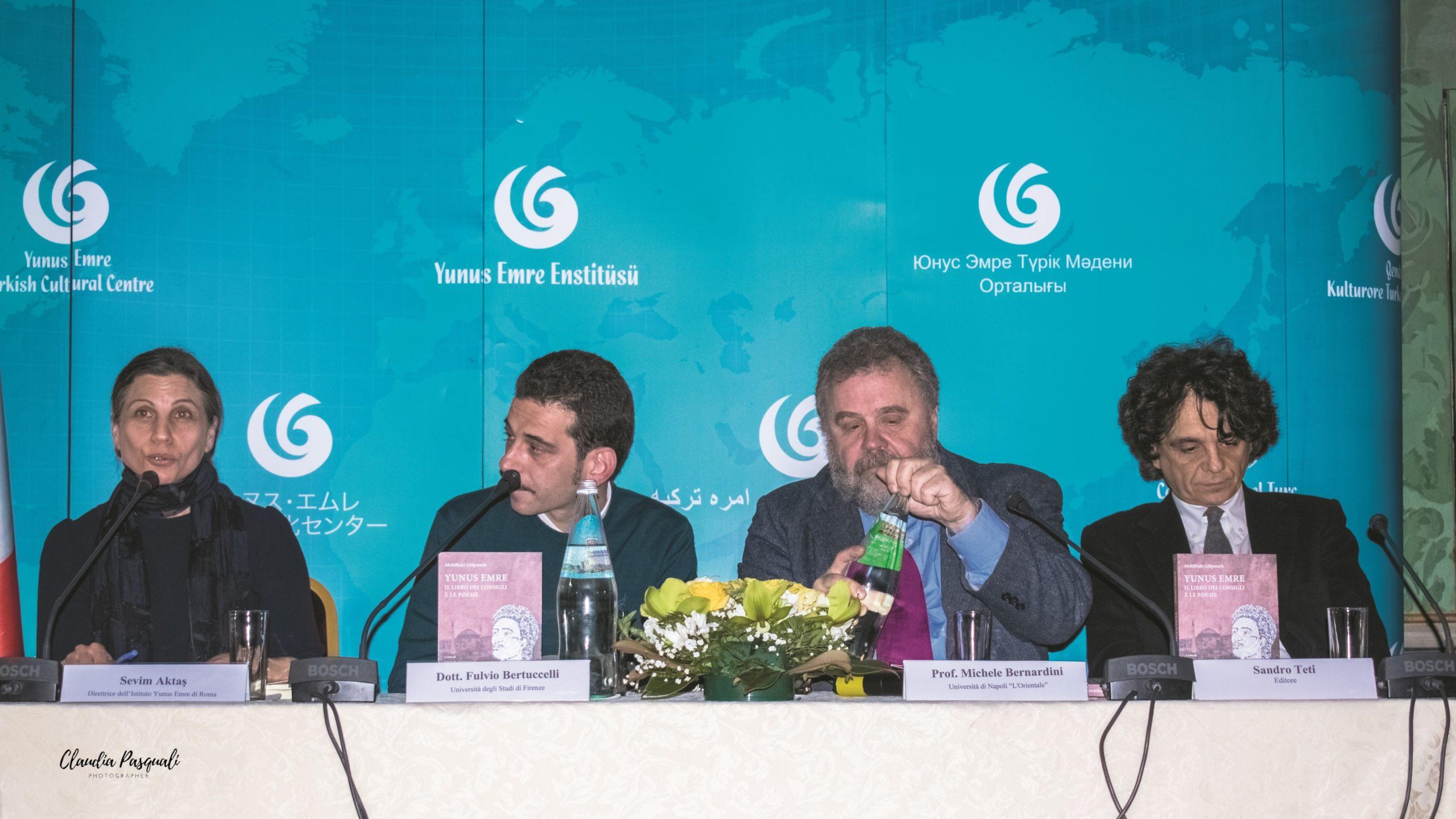 """Presentazione del libro """"Yunus Emre. Il libro dei consigli e le poesie"""". Da sinistra: la direttrice dell'Istituto Sevim Aktaş; il curatore e traduttore Fulvio Bertuccelli; il prof. Michele Bernardini e l'editore Sandro Teti."""