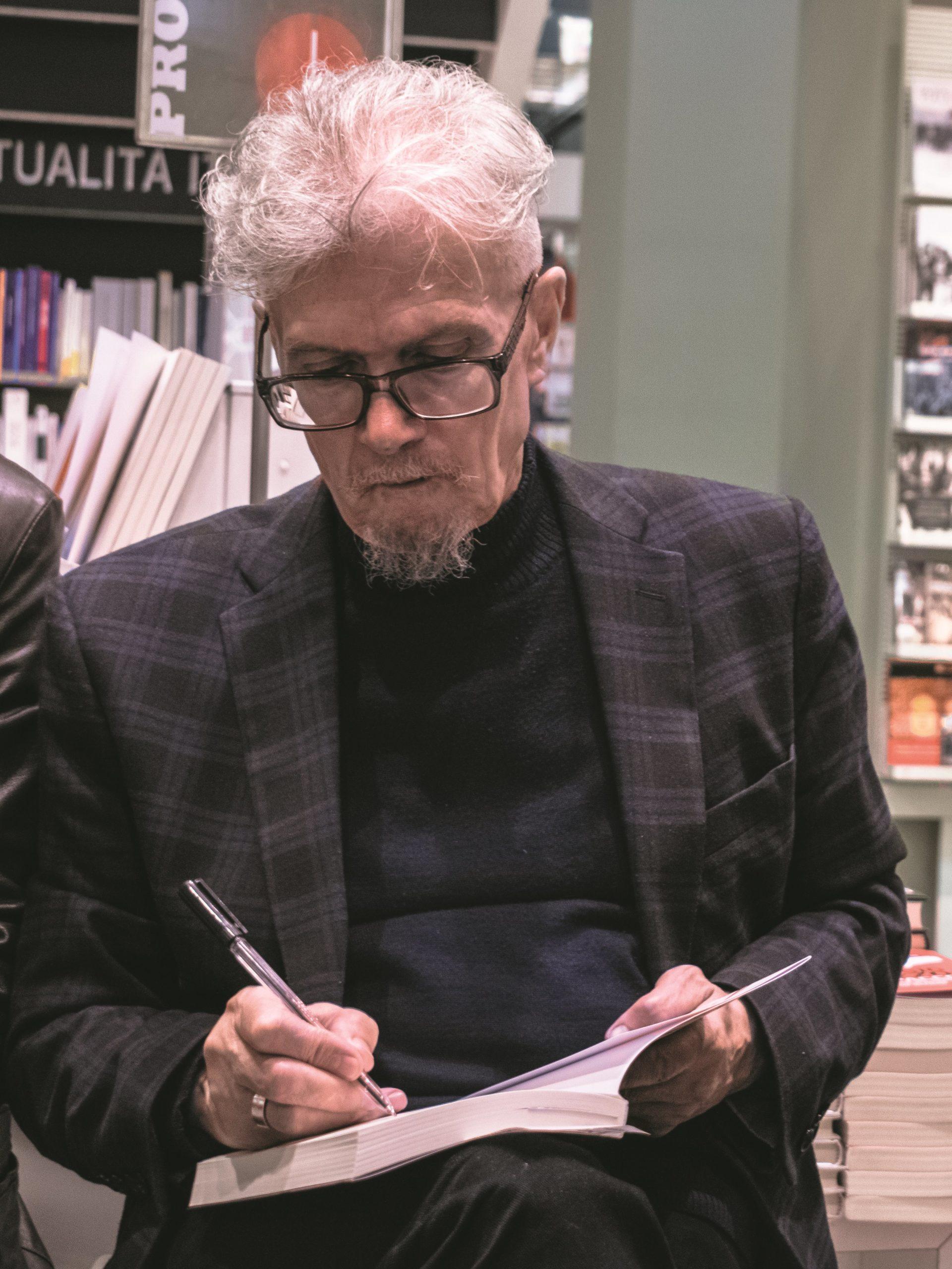 """Presentazione del libro di Eduard Limonov """"Zona industriale"""" presso IBS+Libraccio a Roma. Il firmacopie di E. Limonov."""