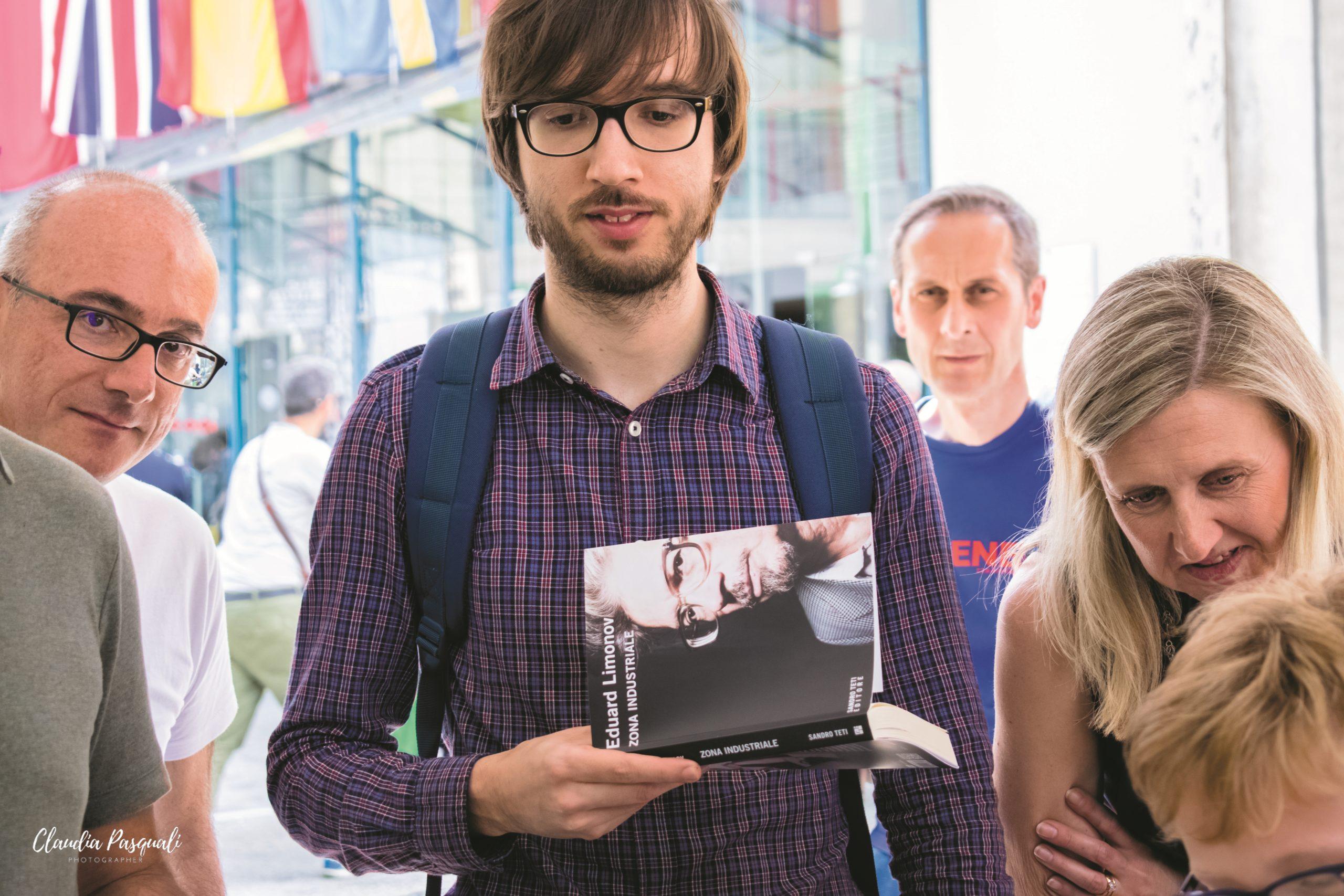 """Presentazione del libro """"Zona industriale"""" di Eduard Limonov presso il Salone del libro di Torino. Il firmacopie."""