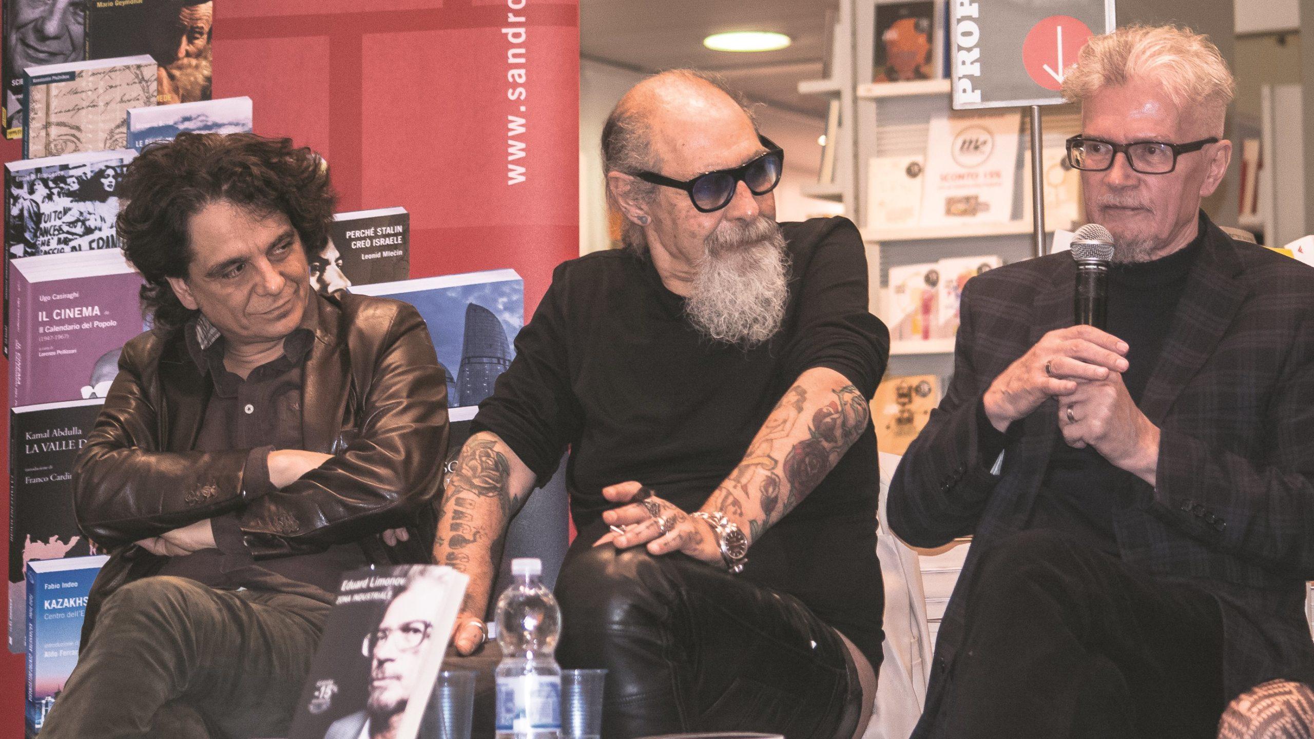"""Presentazione del libro di Eduard Limonov """"Zona industriale"""" presso IBS+Libraccio a Roma. Da sinistra: l'editore Sandro Teti;Roberto D'Agostino e l'autore E. Limonov."""