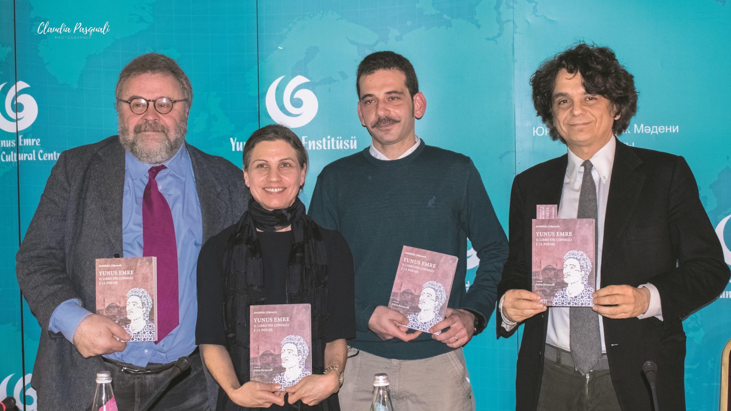 """Presentazione del libro """"Yunus Emre. Il libro dei consigli e le poesie"""". Da sinistra: il prof. Michele Bernardini; la direttrice dell'Istituto Sevim Aktaş; il curatore e traduttore Fulvio Bertuccelli e l'editore Sandro Teti."""